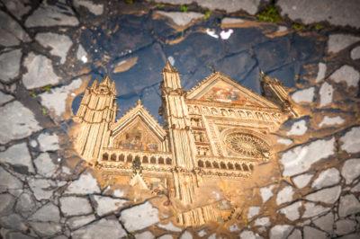Orvieto - Riflesso della facciata del Duomo